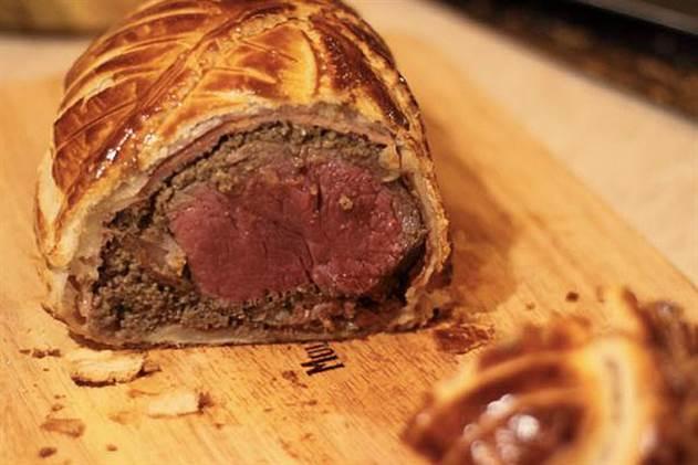 Огромный кусок мяса на всю неделю: говядина Веллингтон