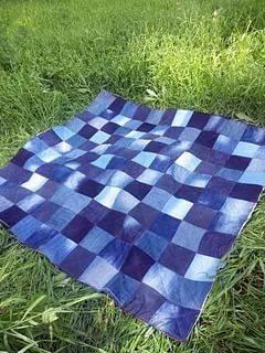 Еще один повод не выбрасывать старые джинсы - сшить из них коврик в технике лоскутного шитья.