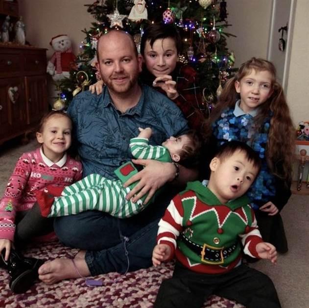 Одинокий англичанин усыновил 5 особенных детей и рассказал о том, что на самом деле значит быть папой